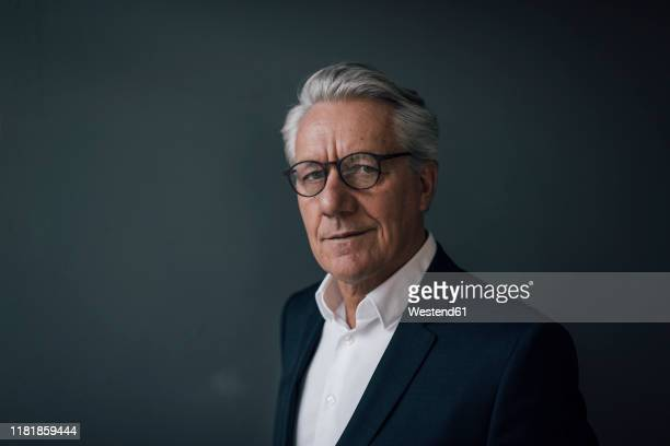 portrait of a confident senior businessman - geschäftsmann stock-fotos und bilder