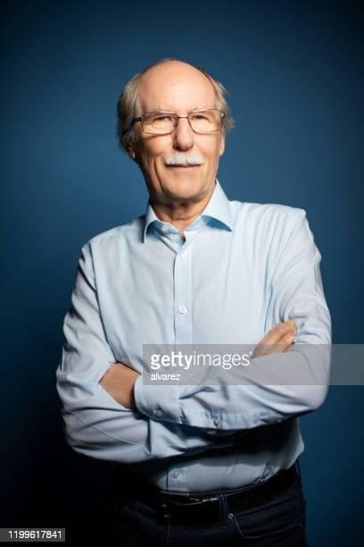 porträt eines selbstbewussten seniors - oberkörperaufnahme stock-fotos und bilder