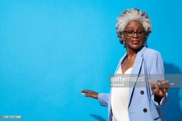 portrait of a confident, successful, happy mature woman - une seule femme d'âge mûr photos et images de collection