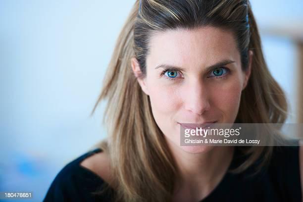 portrait of a confident woman - überzeugen stock-fotos und bilder