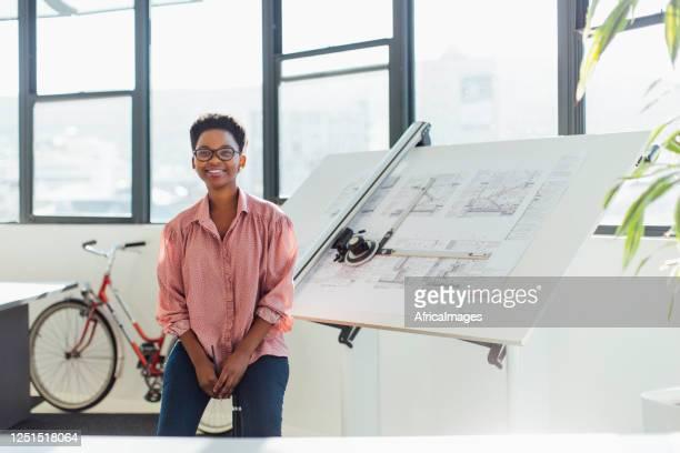 porträt eines selbstbewussten jungen architekten in einem modernen büro - bildkomposition und technik stock-fotos und bilder