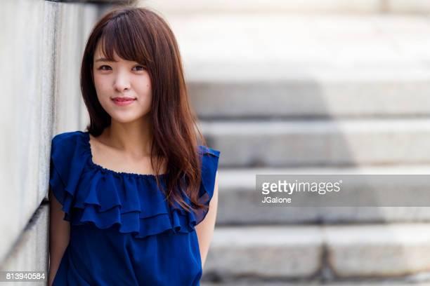自信を持って若いアジア女性の肖像画