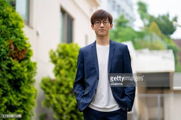 自信を持って若いビジネスマンの肖像 - ジャケット ストックフォトと画像