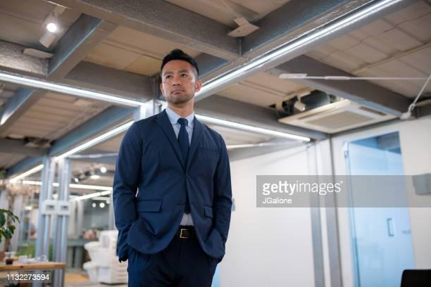 自信に満ちた若いビジネスマンの肖像 - 30代 ストックフォトと画像
