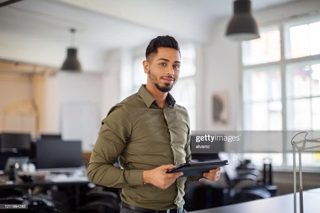Porträt eines selbstbewussten jungen Geschäftsmannes : Stock-Foto