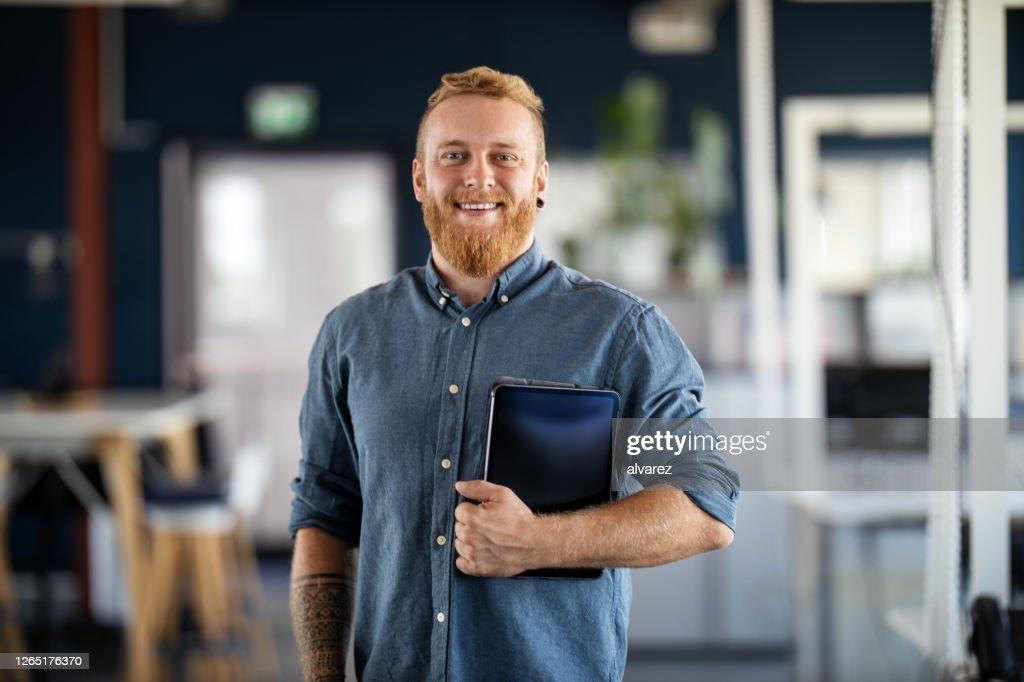 Portret van een zekere jonge zakenman : Stockfoto