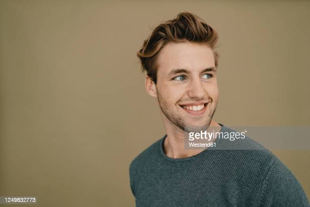 portrait of a confident young man, smiling - one young man only stock-fotos und bilder