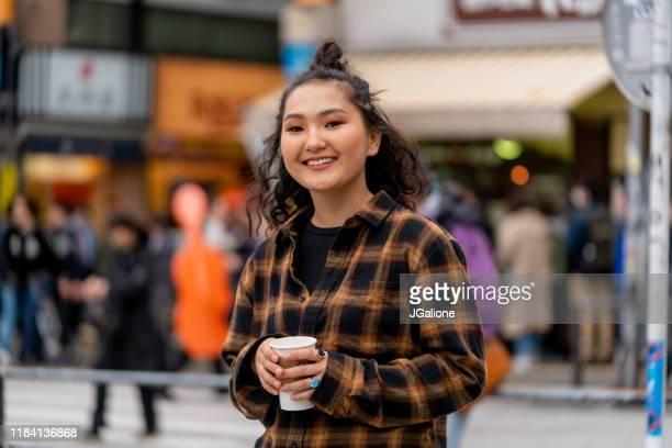 retrato de uma mulher nova confiável - coque cabelo para cima - fotografias e filmes do acervo