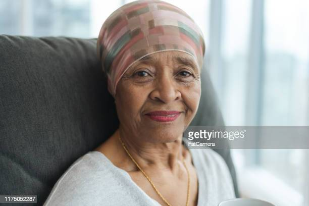 がんを持つ熟考されたシニア女性の肖像 - cancer illness ストックフォトと画像