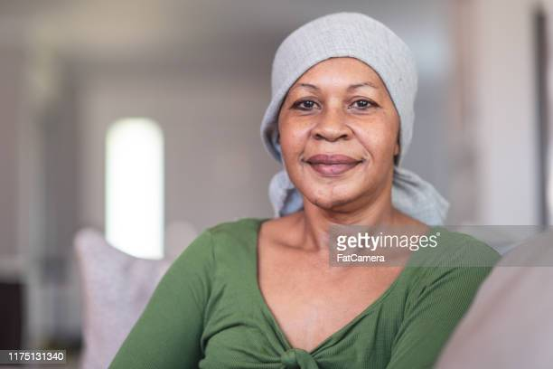 verticale d'une femme contemplative avec le cancer - patient photos et images de collection