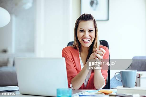 Porträt einer content lächelnde junge Frau
