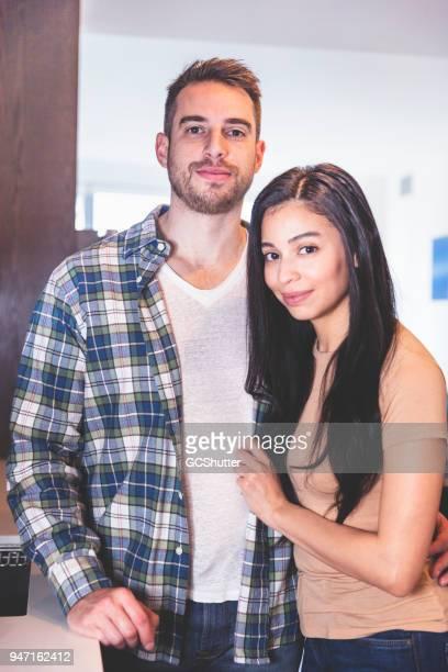 Portrait d'un couple à la recherche avec bonheur à la caméra.