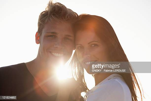 portrait of a couple smiling - onoky stock-fotos und bilder