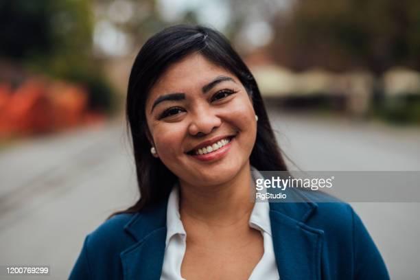 retrato de uma mulher de negócios asiática bonito - dia internacional da mulher - fotografias e filmes do acervo