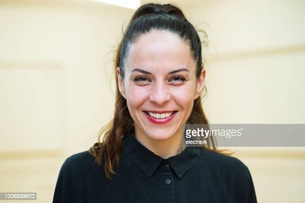 portret van een danser in haar studio - paardenstaart haar naar achteren stockfoto's en -beelden