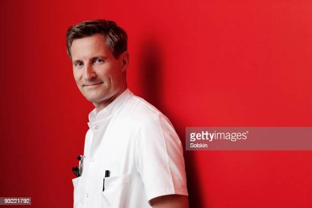 portrait of a doctor - blouse photos et images de collection