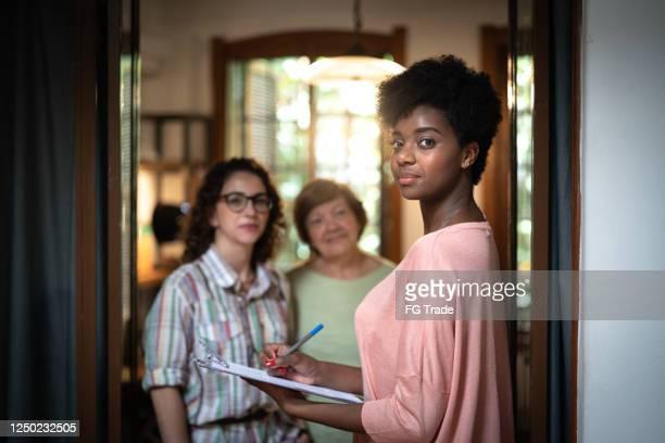 retrato de uma família e agente imobiliário em uma reunião em casa - assistente social - fotografias e filmes do acervo