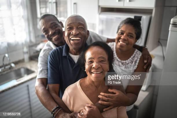 retrato de uma família na cozinha - família - fotografias e filmes do acervo