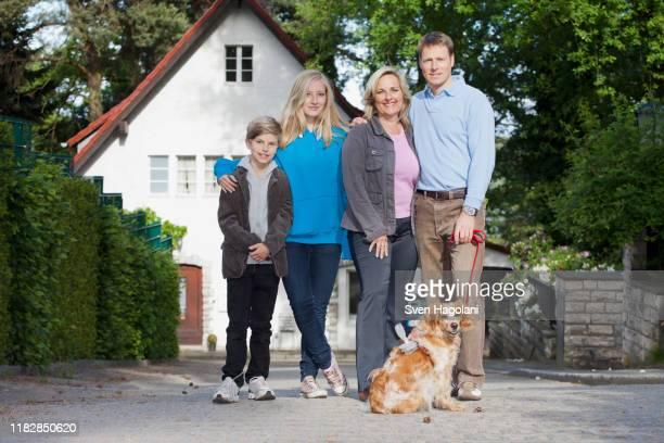 a portrait of a family of four and their dog - einzelnes tier stock-fotos und bilder