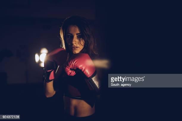 retrato de uma mulher pugilista - combat sport - fotografias e filmes do acervo