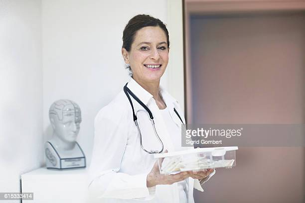 portrait of a female doctor holding a medicine box, freiburg im breisgau, baden-württemberg, germany - sigrid gombert stock pictures, royalty-free photos & images