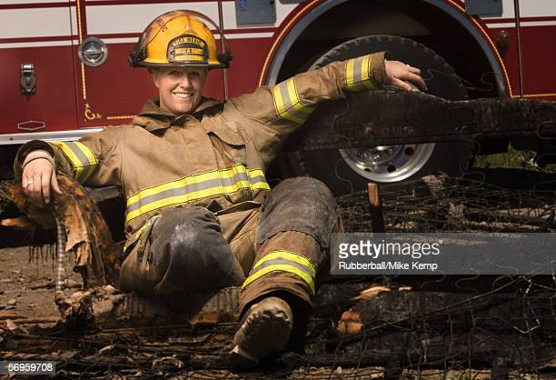 portrait of a female firefighter smiling - capacete de bombeiro - fotografias e filmes do acervo