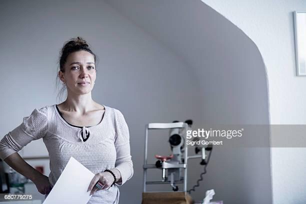 portrait of a female healer holding the index card, freiburg im breisgau, baden-württemberg, germany - sigrid gombert 個照片及圖片檔