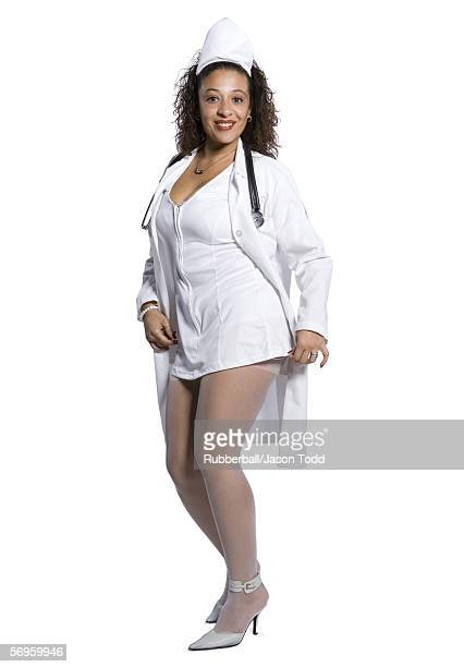 portrait of a female nurse smiling - bas nylon photos et images de collection