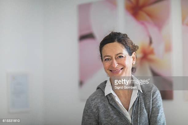portrait of a female physiotherapist smiling, freiburg im breisgau, baden-württemberg, germany - sigrid gombert fotografías e imágenes de stock