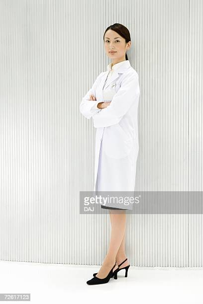 portrait of a female scientist, looking at camera, front view - laborkittel stock-fotos und bilder