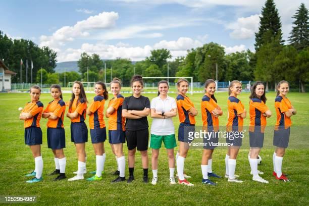 verticale d'une équipe de football femelle - équipe de football photos et images de collection
