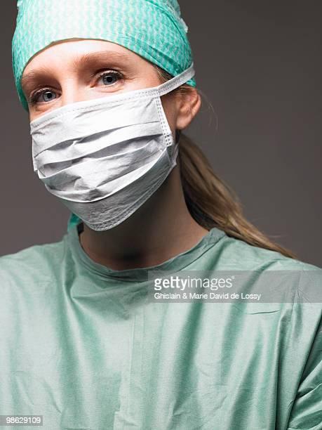 portrait of a female surgeon - mascherina chirurgica foto e immagini stock