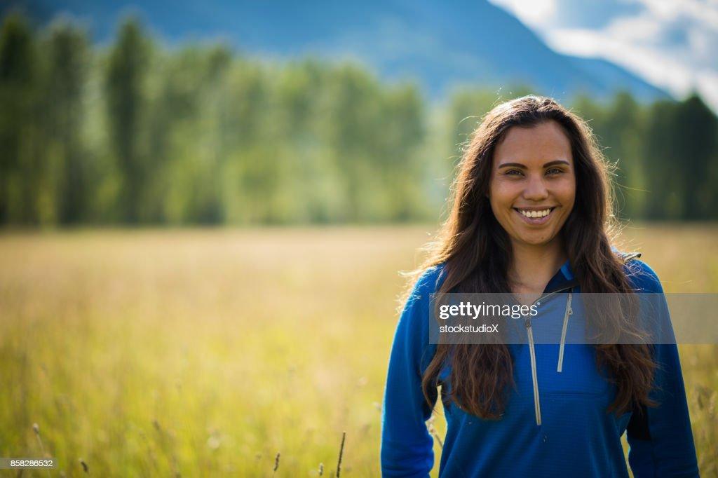 Retrato de una mujer canadiense de primeras naciones : Foto de stock