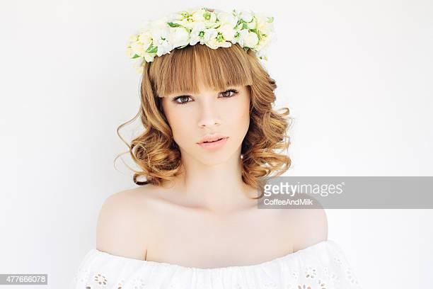 retrato de uma nova e bela noiva com véu - coroa enfeite para cabeça - fotografias e filmes do acervo