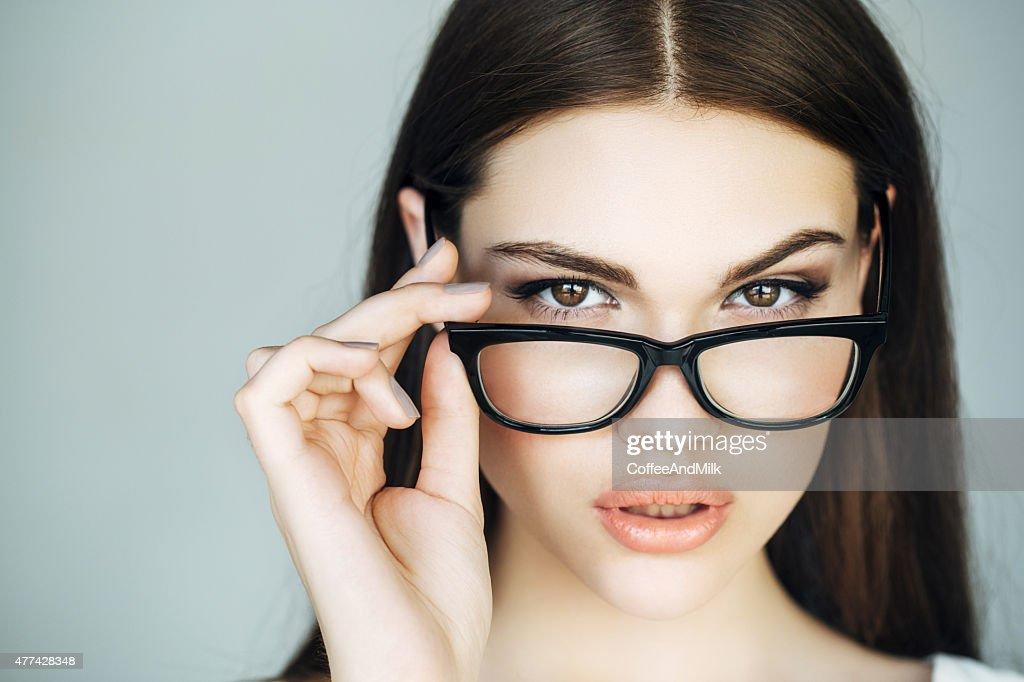 Portrait d'une charmante femme à lunettes