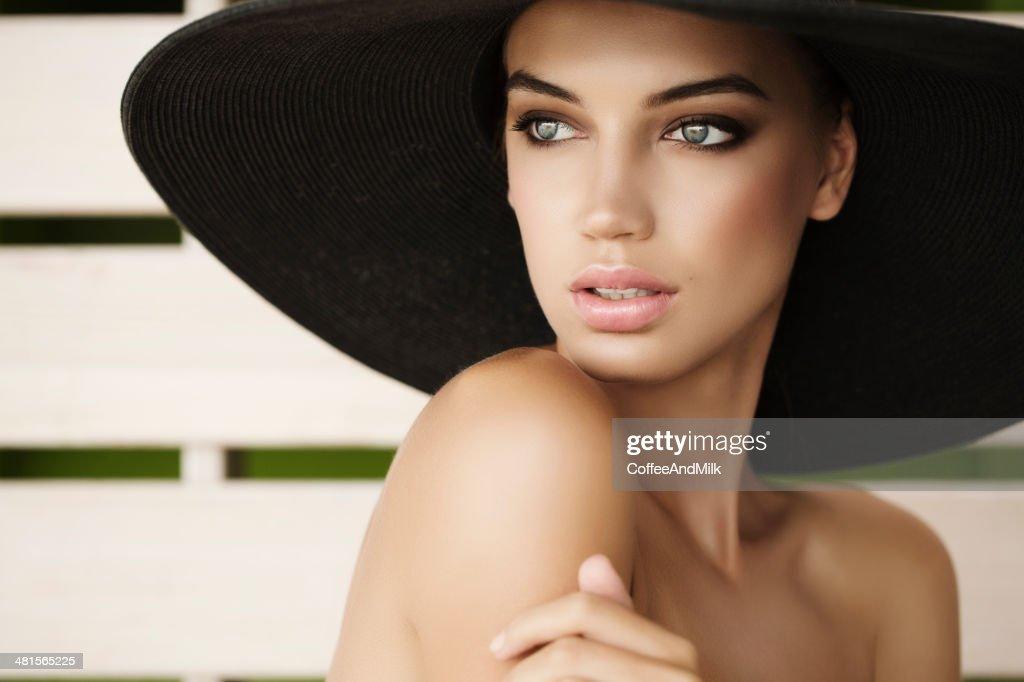 ポートレートを着て、魅力的な女性の帽子 : ストックフォト