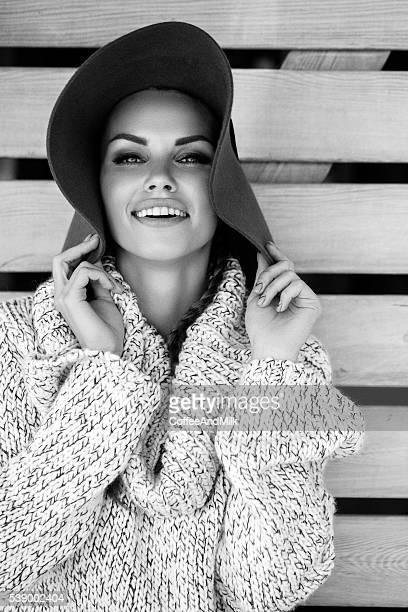 Ritratto di fresca e bella donna con cappello