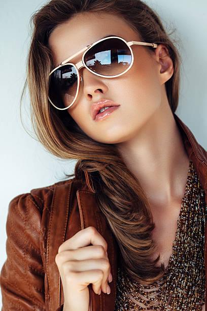 Portrait d'une charmante femme portant veste en cuir