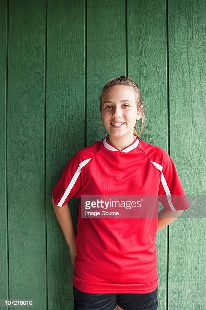 portrait d'une fille joueur de football - tenue de football photos et images de collection