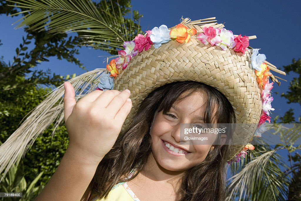 Portrait of a girl wearing a straw hat and smiling : Foto de stock