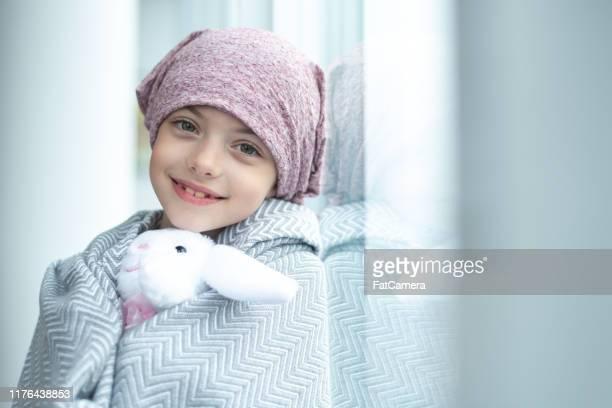 retrato de una chica con cáncer sosteniendo un juguete de peluche - pañuelo fotografías e imágenes de stock