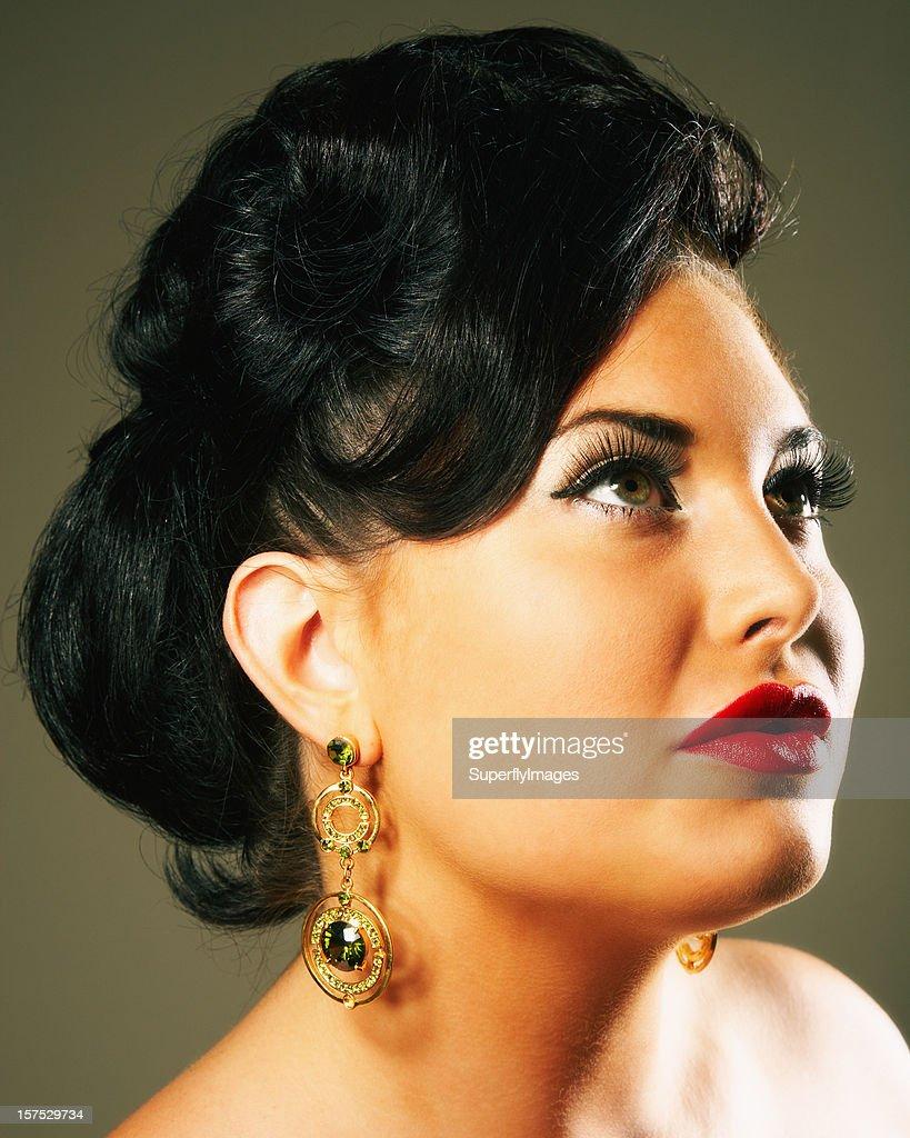 Retrato de glamour de uma mulher olhando para cima : Foto de stock