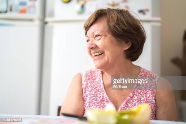 retrato de uma avó em casa - latino americano - fotografias e filmes do acervo