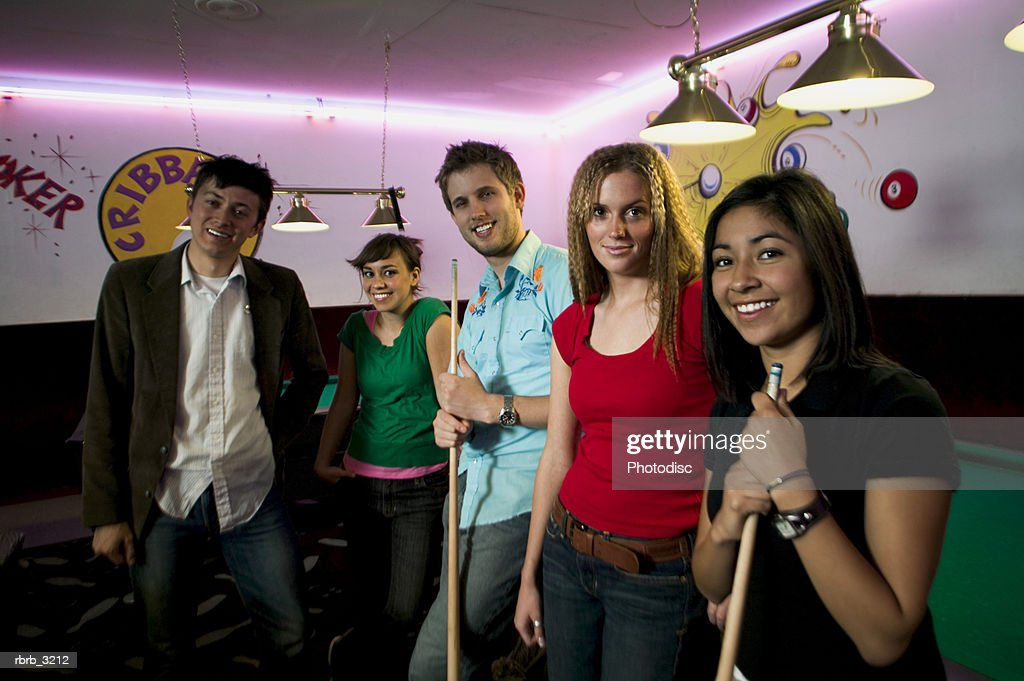 Portrait of a group of people at a pool hall : Foto de stock