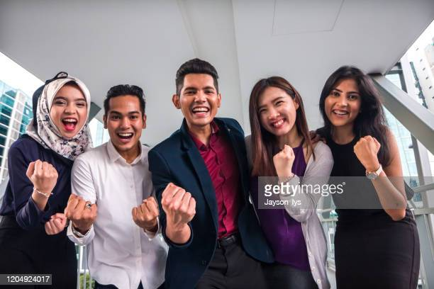 portret van een groep zuidoost-aziatische jonge ondernemers met een opwindingsuitdrukking - zuidoost aziatische etniciteit stockfoto's en -beelden