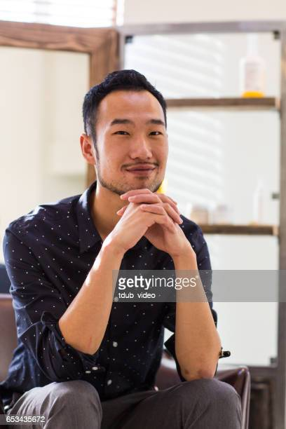 Portrait d'un coiffeur ou coiffeuse dans son salon de la petite entreprise