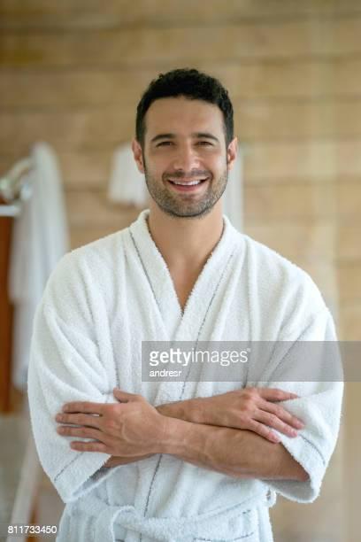 Porträt von ein gut aussehender Mann im Badezimmer