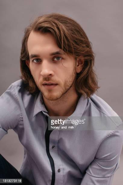 portrait of a handsome man wearing a shirt - melena mediana fotografías e imágenes de stock
