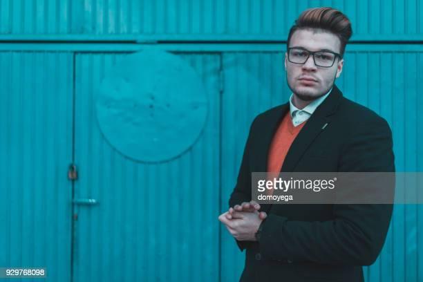 porträt eines schönen stilvollen jungen mannes im freien - lässig schicker stil stock-fotos und bilder