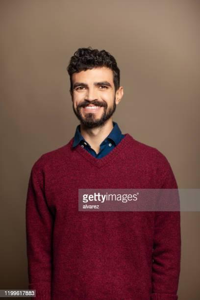 porträt eines hübschen jungen mannes in casuals - nordafrikanischer abstammung stock-fotos und bilder